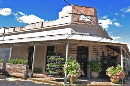 El frente del establecimiento que el distinguido cocinero argentino montó en el pueblo: tiene lugar para 30 comensales