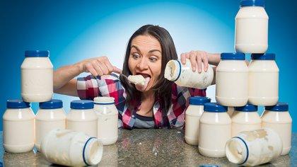 Michelle Lesco comío casi 4 botes de mayonesa en tres minutos.