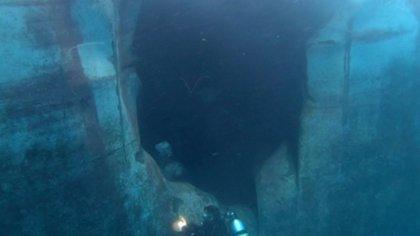 Una imagen que muestra los daños recibidos por uno de los cuatro petroleros presuntamente atacados en aguas de Emiratos Árabes Unidos a mediados de mayo (AP)