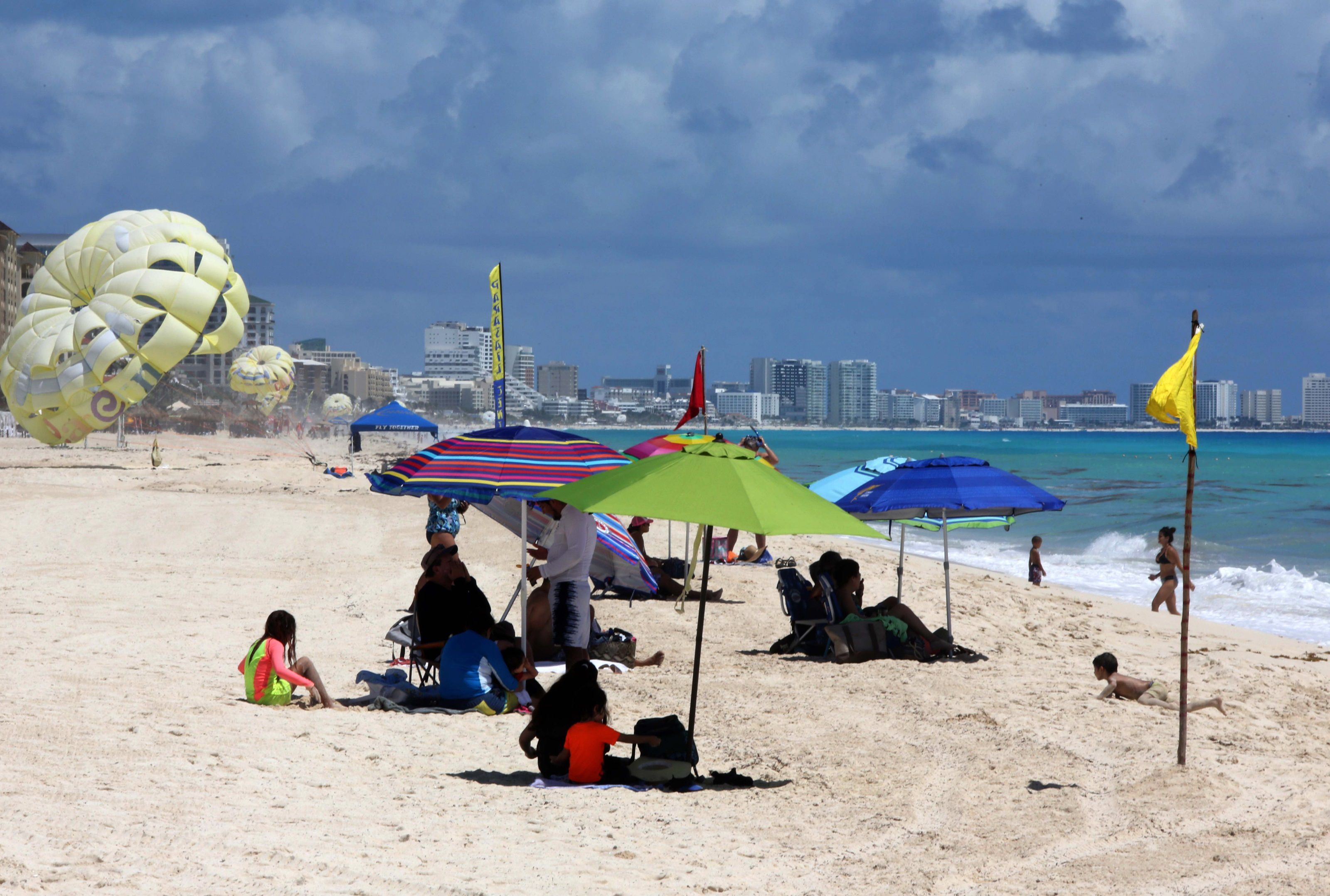 Playas mexicanas del Caribe se abren al turismo al bajar riesgo por COVID-19
