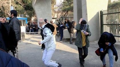 Estudiantes protestan en la universidad de Teherán . (AFP PHOTO)