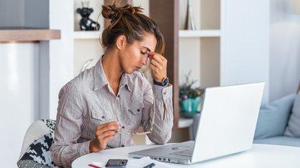 La adherencia notificada ha sido menor en los jóvenes, los hombres, las personas que viven con otras, los trabajadores clave, los que viven con niños y quienes habitan en ciudades (Shutterstock)