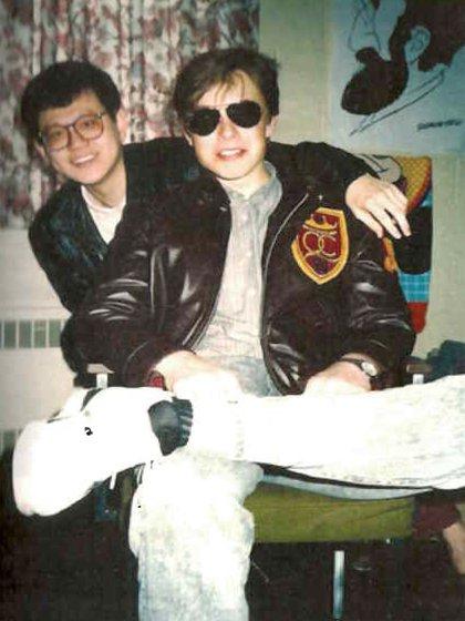 Con un compañero en la Universidad de Queen (Ontario) donde estudió antes de ingresar a la Universidad de Pensilvania, en Estados Unidos (foto cortesía de Maye Musk, publicada en el libro de Ashlee Vance)