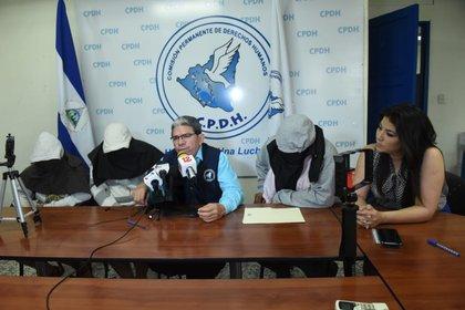 Las dos hermanas secuestradas, y su padre, dan su testimonio con el rostro cubierto por seguridad, en la Comisión Permanente de Derechos Humanos (CIDH). El abogado Pablo Cuevas les acompaña. (Foto cortesía)