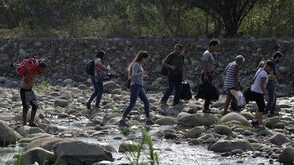 Muchas personas optan por las trochas y los pasos ilegales al no poder cruzar la frontera por el paso establecido.