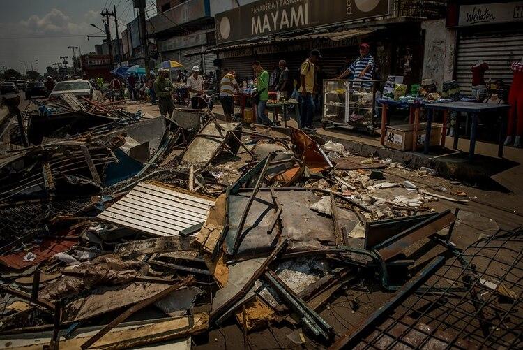 Los escombros de las tiendas que fueron saqueadas llenaban una calle de Maracaibo. (Meridith Kohut para The New York Times)