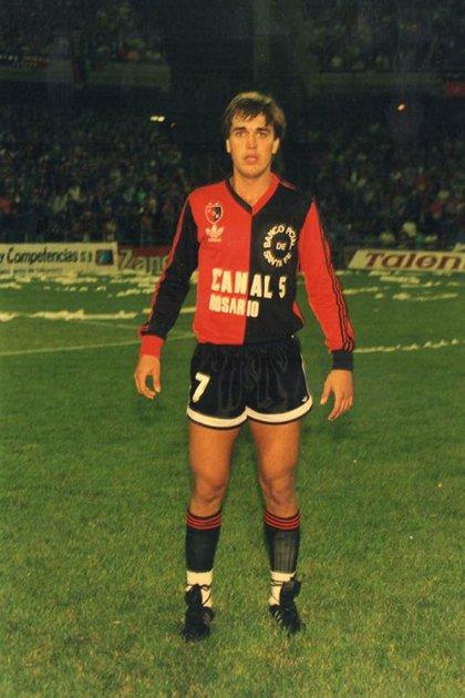 La postal de Batistuta con la camiseta de Newell's: lo formó Bielsa pero duró poco en Primera