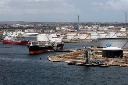 Un buque petrolero anclado en una refinería de la petrolera estatal venezolana PDVSA, controlada por el régimen de Nicolás Maduro. Foto: REUTERS/Henry Romero