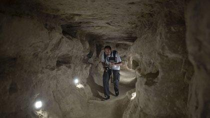Un periodista egipcio recorre el interior de la pirámide escalonada que se abrió para los visitantes el jueves 5 de marzo de 2020 (AP)