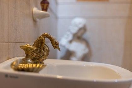 Canillas de bronce en el baño (Diego Medina)