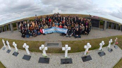 Uno de los viajes que Eurnekian costeó para que familiares pudieran despedirse de los soldados caídos que finalmente fueron identificados