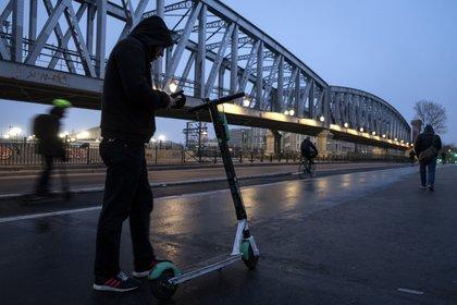 Hoy los monopatines se convirtieron en el medio de transporte más elegido entre el público joven para movilizarse (Photo by JOEL SAGET / AFP)
