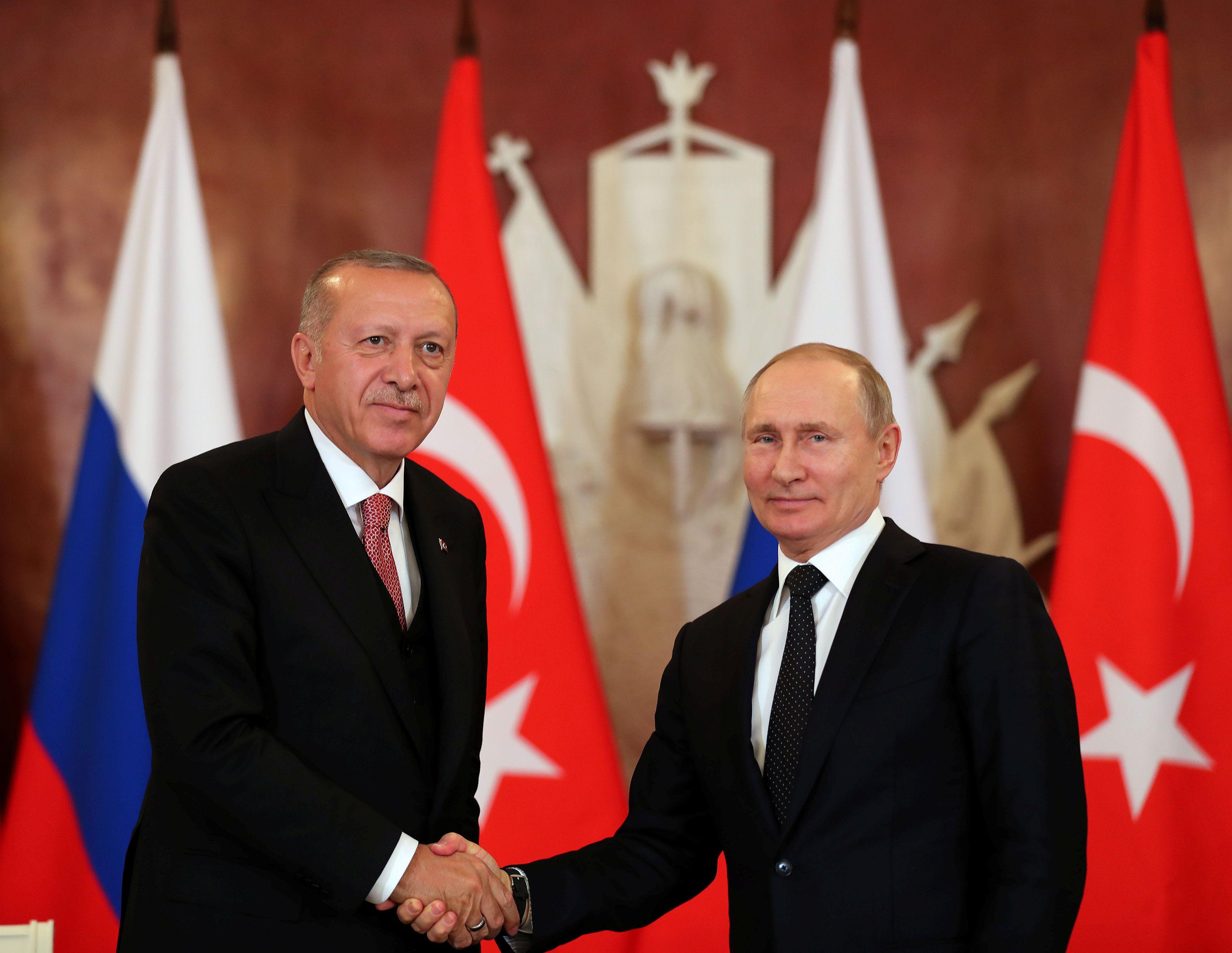 El presidente turco Erdogan y su par ruso Putin durante un encuentro en abril (Cem Oksuz/Oficina de prensa de la Presidencia turca via REUTERS)