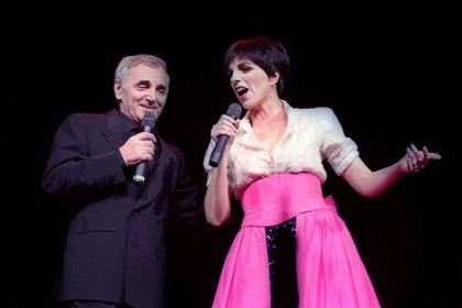 """Charles Aznavour y Liza Minnelli en el Palais des Congres en Paris. Él le aconsejó: """"Liza, un solo gesto por canción…"""". (AFP)"""