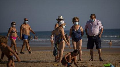 En España, se implementó el uso obligatorio del tapabocas, incluso en algunas playas. En Francia, también se convirtió en obligatorio. Foto: AFP.