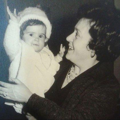 """Sonia, de pequeña, en brazos de su madre, que tiene 88 años, vive en la Argentina """"y no se cuándo voy a volver a verla"""", dice"""