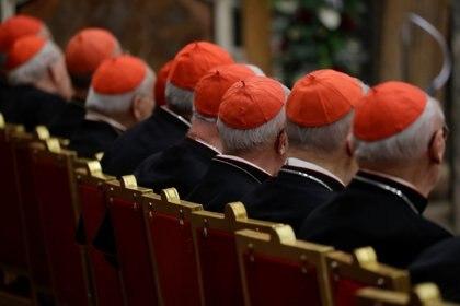 Cardenales escuchan al Papa en una misa en el Vaticano (Reuters/archivo)