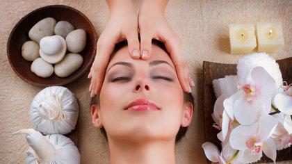 Un masaje relajante y facial también es ideal para regalar en el Día de la madre (iStock)