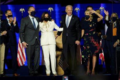 Joe Biden, su esposa Jill, la vicepresidenta electa Kamala Harris y su esposo Doug Emhoff festejan la victoria en las urnas y el regreso del Partido Demócrata a la Casa Blanca este 7 de noviembre de 2020 en Wilmington, Delaware (Andrew Harnik/Pool vía REUTERS)