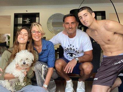 La familia Latorre junto a su mascota Toto