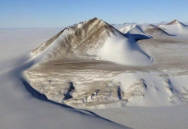 Una imagen tomada el lunes durante un vuelo de la misión IceBridge sobre la Antártida. Son montañas en el Shackleton Range, al Este de la Antártida (NASA/IceBridge)