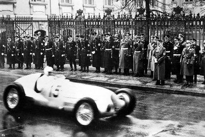 Adolf Hitler frente a un Auto Union en un Gran Premio. Apostaba a las carreras como muestra de poderío.