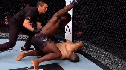 Phil Hawes debutó en la UFC 254 con un KO en 18 segundos.