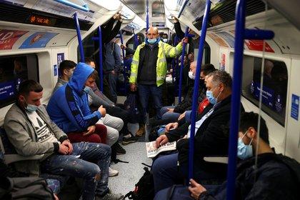 Pasajeros en el subte de Londres. REUTERS/Henry Nicholls