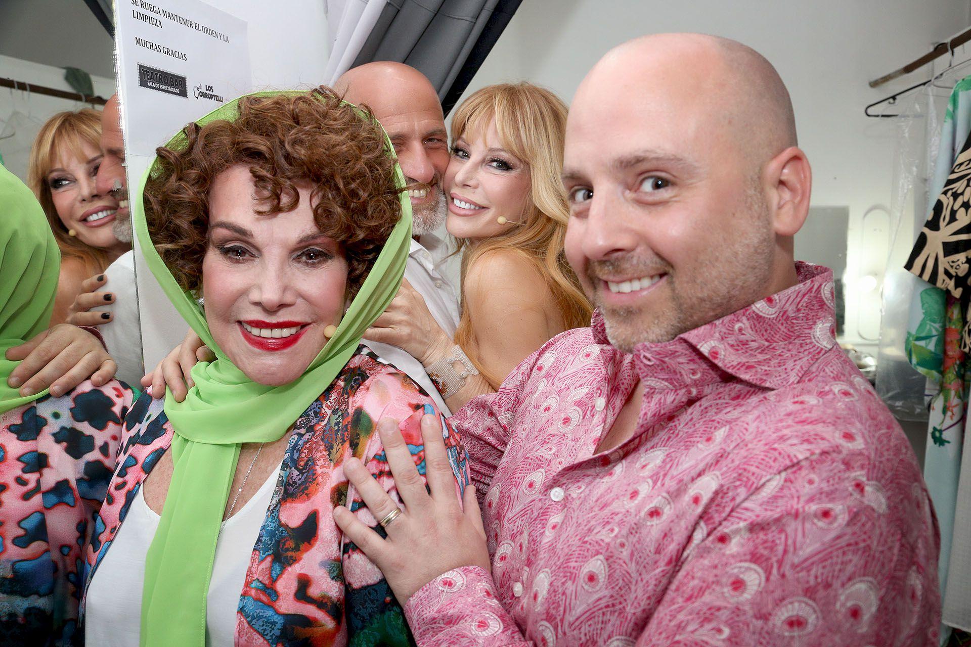 Silvia Montanari y José María Muscari; detrás, muy divertidos, Gustavo Sofovich y Graciela Alfano