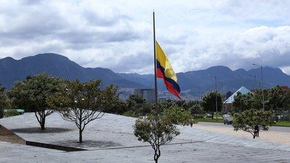 Banderas a media asta y tres días de duelo nacional tras fallecimiento del Ministro de Defensa Carlos Holmes Trujillo y por todas las víctimas fallecidas por el Covid-19 (Colprensa - Camila Díaz)