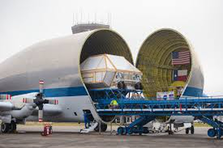 La foto del domingo, con la nueva cápsula Orión a bordo (NASA)
