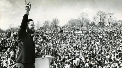 El activista Ira Einhorn habla ante una multitud en Filadelfia