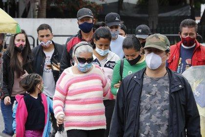 Un grupo de personas protegidas con tapabocas caminan en Bogot� (Colombia). EFE/Mauricio Duenas Casta�eda/Archivo