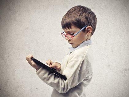 La vida de millones de niños y jóvenes ha quedado limitada a sus hogares y sus pantallas (Shutterstock)