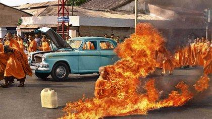 La histórica imagen capturada por el fotógrafo de AP Malcolm Browne recorrió el mundo, pero en blanco y negro. Sucedió en Saigón el 11 de junio de 1963