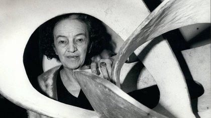 Barbara Hepworth durante una exhibición en la Galería Tate ( Keystone Pictures USA/Shutterstock (5363379al)
