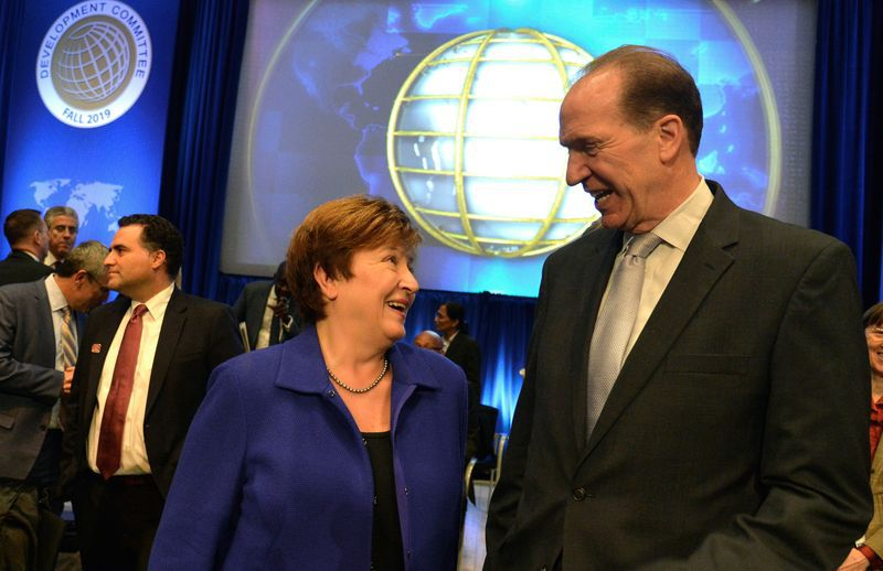 FOTO DE ARCHIVO-La directora gerente del FMI, Kristalina Georgieva, conversa con el presidente del Banco Mundial, David Malpass, liderarán la asamblea conjunta virtual de ambos organismos