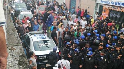 El resultado de este conflicto masivo fue de 12 policías lesionados, siete vehículos y una motocicleta dañados, además de el herido de bala que fue trasladado a un hospital el lugar en un estado grave con diagnóstico de otorragia.  (Foto: Twitter/@HXQ52760)