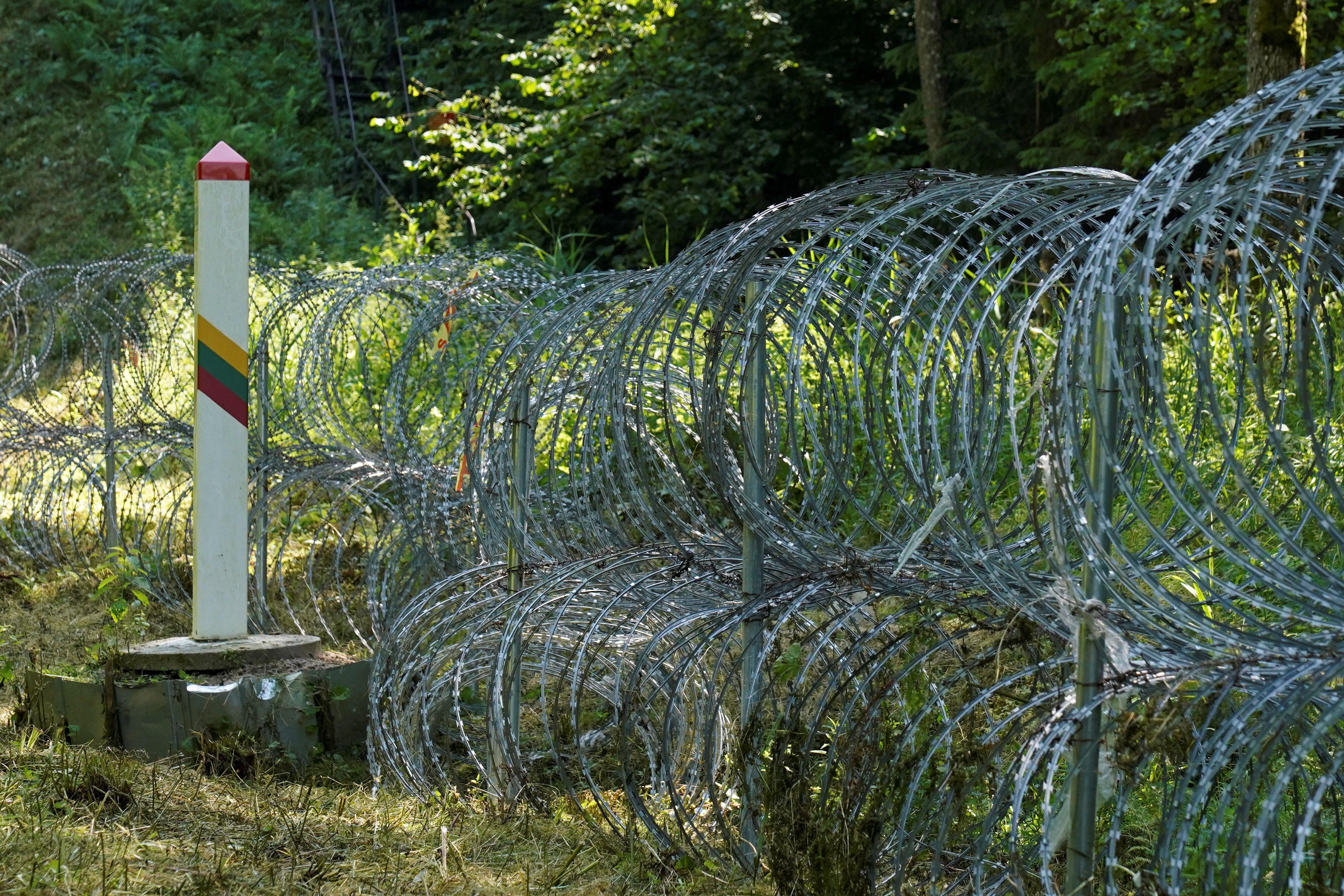 Se instala una barrera de alambre de púas en la frontera con Bielorrusia en Druskininkai. REUTERS / Janis Laizans