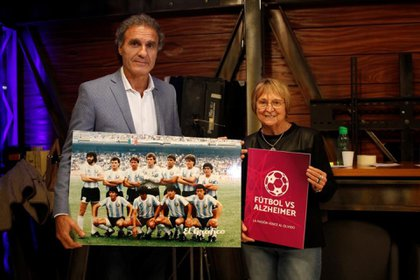 Oscar Ruggeri mostró el póster de campeón del mundo en México 86