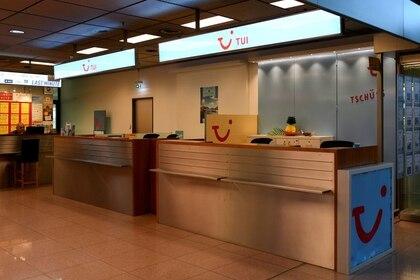 FOTO DE ARCHIVO: Un mostrador cerrado del touroperador alemán TUI en el aeropuerto Helmut-Schmidt durante el brote de la enfermedad del nuevo coronavirus (COVID-19) en Hamburgo, Alemania, el 16 de marzo de 2020. REUTERS/Fabian Bimmer