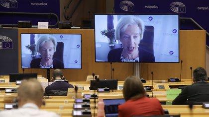 La directora de la Agencia Europea del Medicamento (EMA), Emer Cooke, durante su comparecencia digital ante la comisión de Salud Pública del Parlamento Europeo, este martes en Bruselas. EFE/EPA/OLIVIER HOSLET