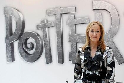 La autora británica JK Rowling, creadora de la serie de libros de Harry Potter, posa durante el lanzamiento de la página  web Pottermore en Londres. REUTERS/Suzanne Plunkett