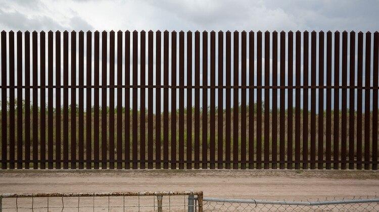 Sección de la cerca fronteriza entre México y Estados Unidos, cerca de San Benito, Texas. AFP / Loren ELLIOTT
