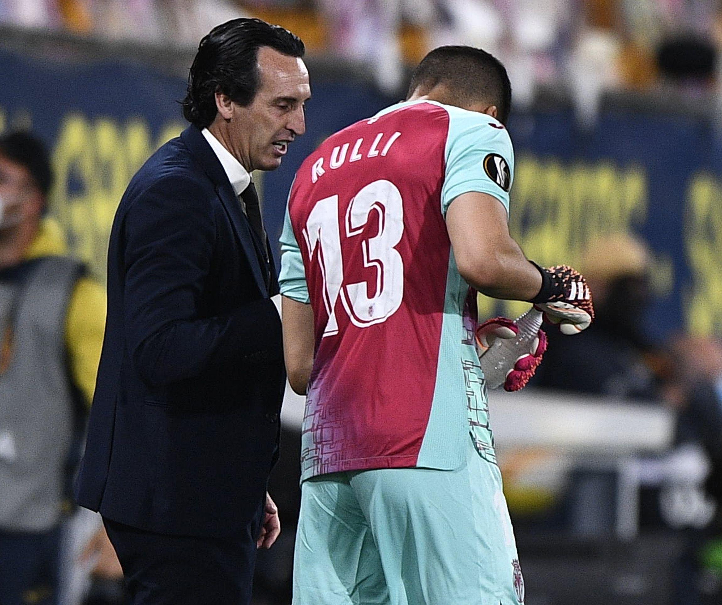 Unai Emery con el arquero argentino Jerónimo Rulli, quien fue el héroe de los penales en la final frente al Manchester United.