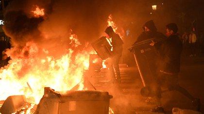 Los disturbios más graves se produjeron el martes en Barcelona, donde se vivió una larga batalla campal, con cargas policiales contra grupos de radicales, que montaron 157 barricadas de fuego y destrozaron cuatro furgones policiales (AFP)