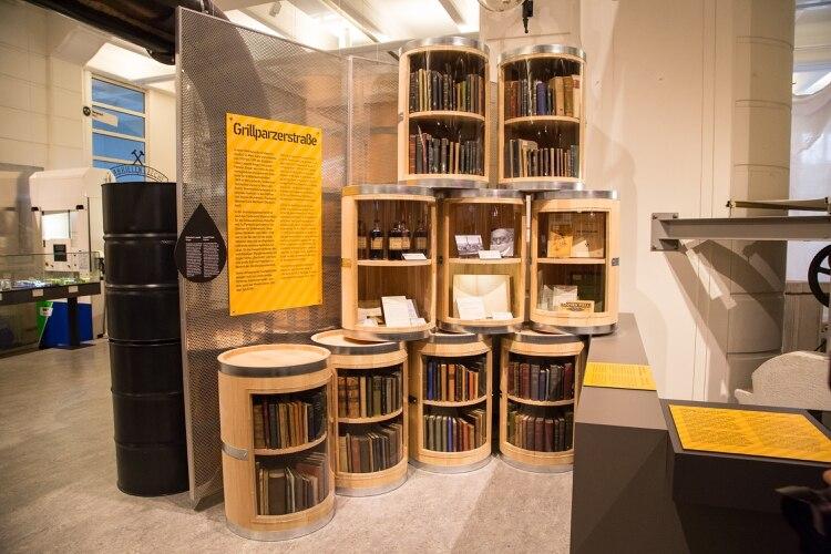 Una foto del folleto provista por Technisches Museum Wien muestra libros propiedad de Leopold Singer, un ingeniero austríaco cuya biblioteca fue saqueada por los nazis, que fueron devueltos a su familia, quienes los donaron al Museo Técnico de Viena (The New York Times)