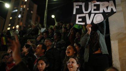 Partidarios de Carlos Mesa protestan en la puerta del centro de cómputos en La Paz (AP Photo/Juan Karita)