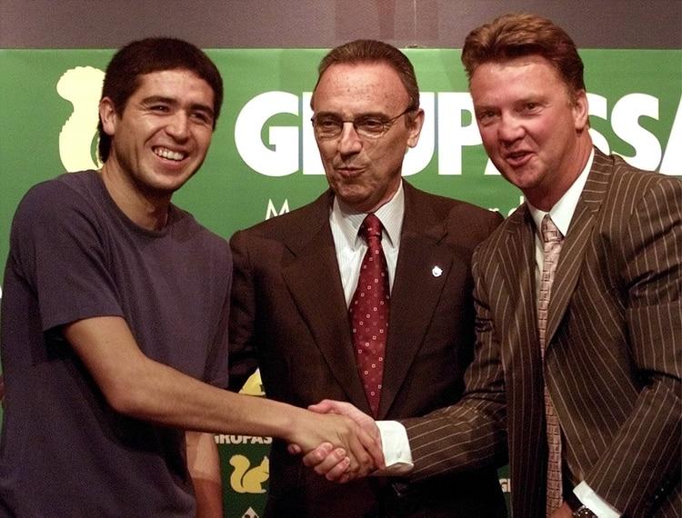"""Riquelme, van Gaal y Gaspart el día de su presentación: """"Un jugador como él me enamoraba"""" (Foto: Reuters)"""