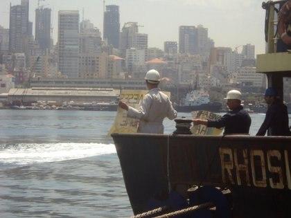 La tripulación del Rhosus, con Beirut de fondo (REUTERS/Personal archives of Boris Musinchak)